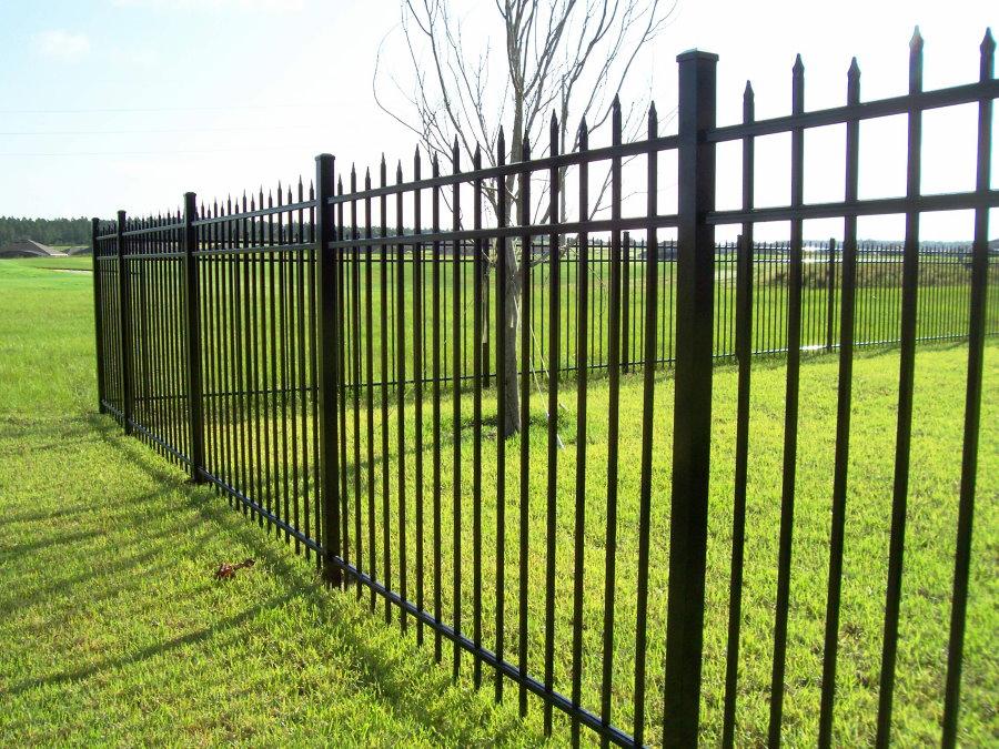 Садовый забор с острыми пиками