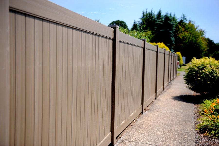 Коричневый забор из пластиковых панелей