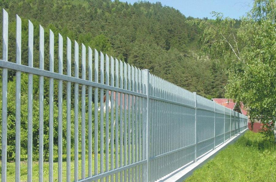 Садовый забор с вертикально расположенными профильными трубами