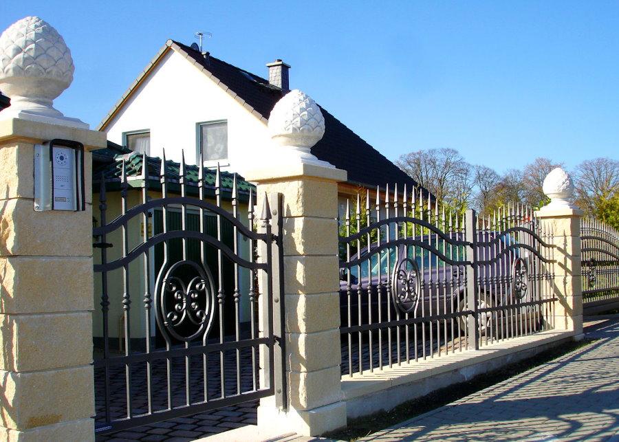 Шикарный забор из металла и камня в стиле классики