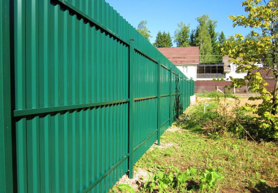 Зеленый забор из профлиста на столбах из профильных труб