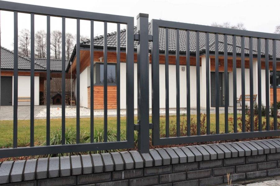 Сварной забор из металла на кирпичном фундаменте