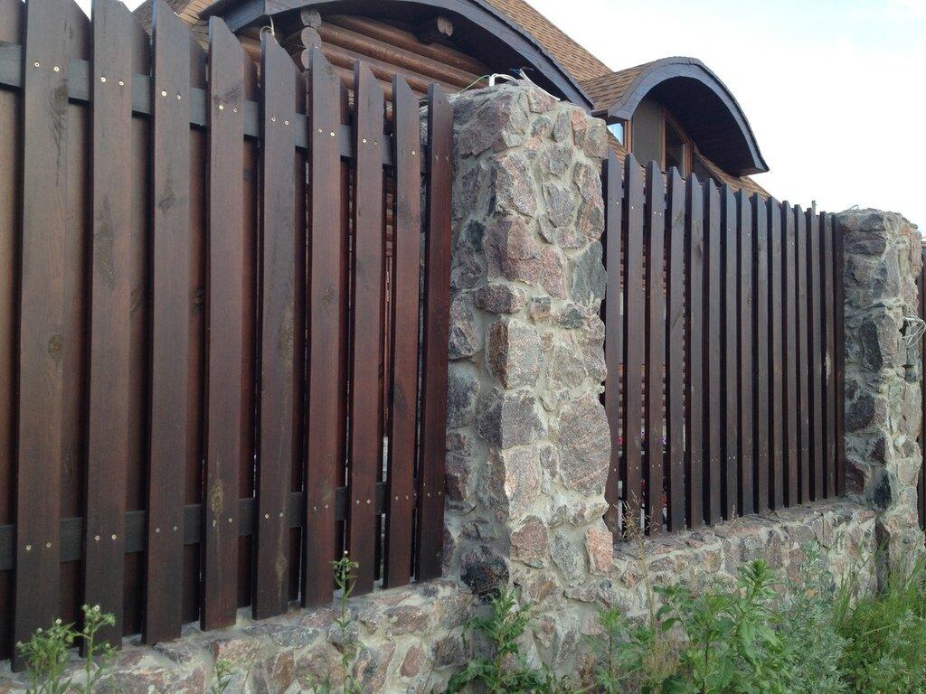 Дощатый забор на каменных столбах