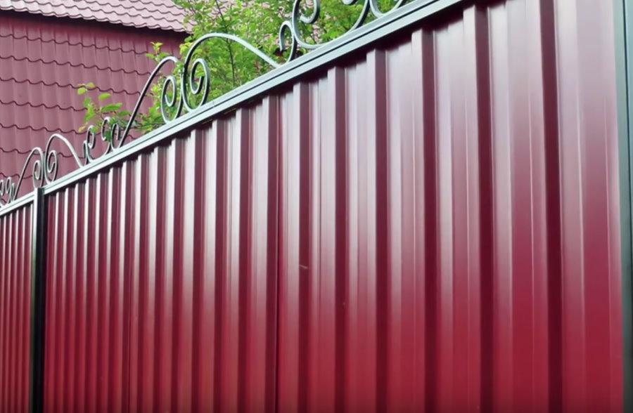 Ограда из профильного листа с ажурным декором
