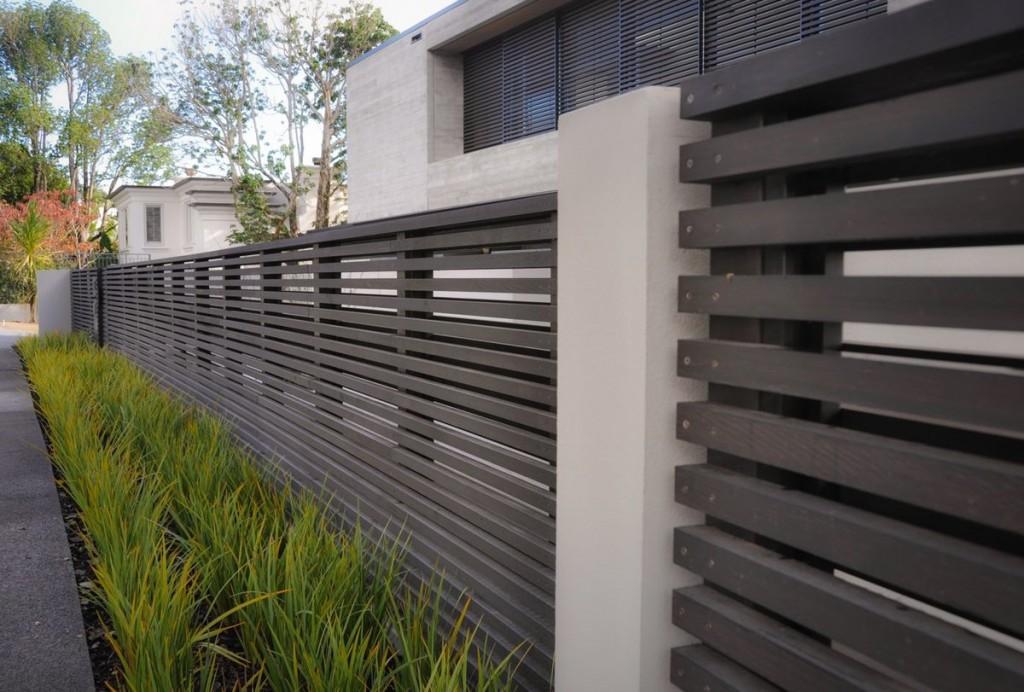 Современный забор в стиле хай-тек перед загородным домом