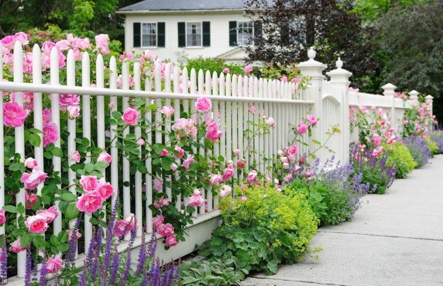 Деревянный забор в стиле прованс в палисаднике частного дома