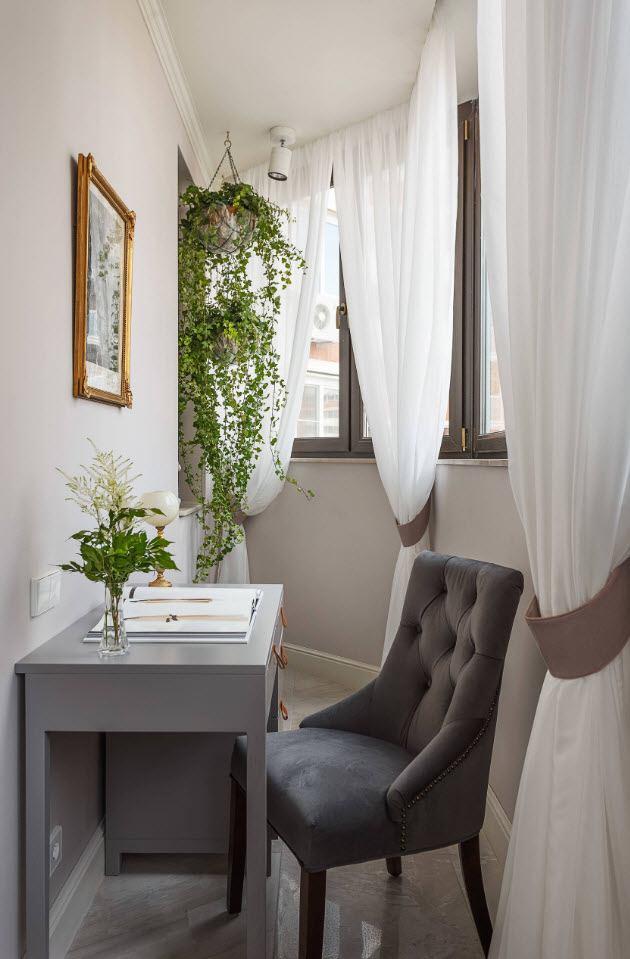 Длинные шторы из белой ткани на балконе квартиры