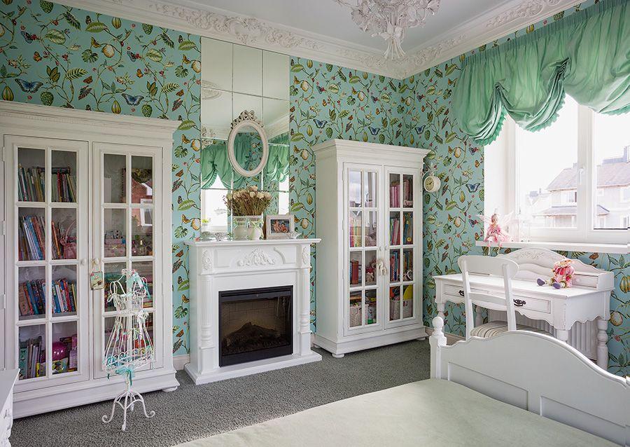 Зеленая занавеска на окне детской комнаты прованского стиля