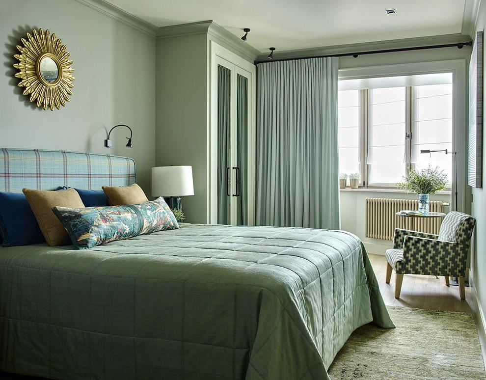 Зеленая спальня с балконом в интерьере