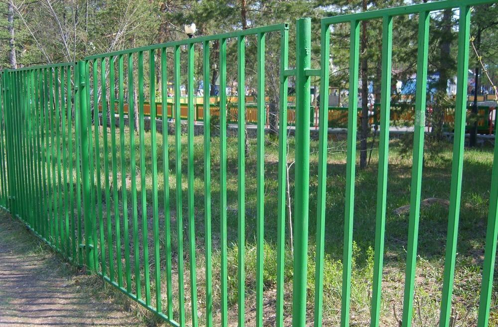 Сварной забор из металла зеленого цвета