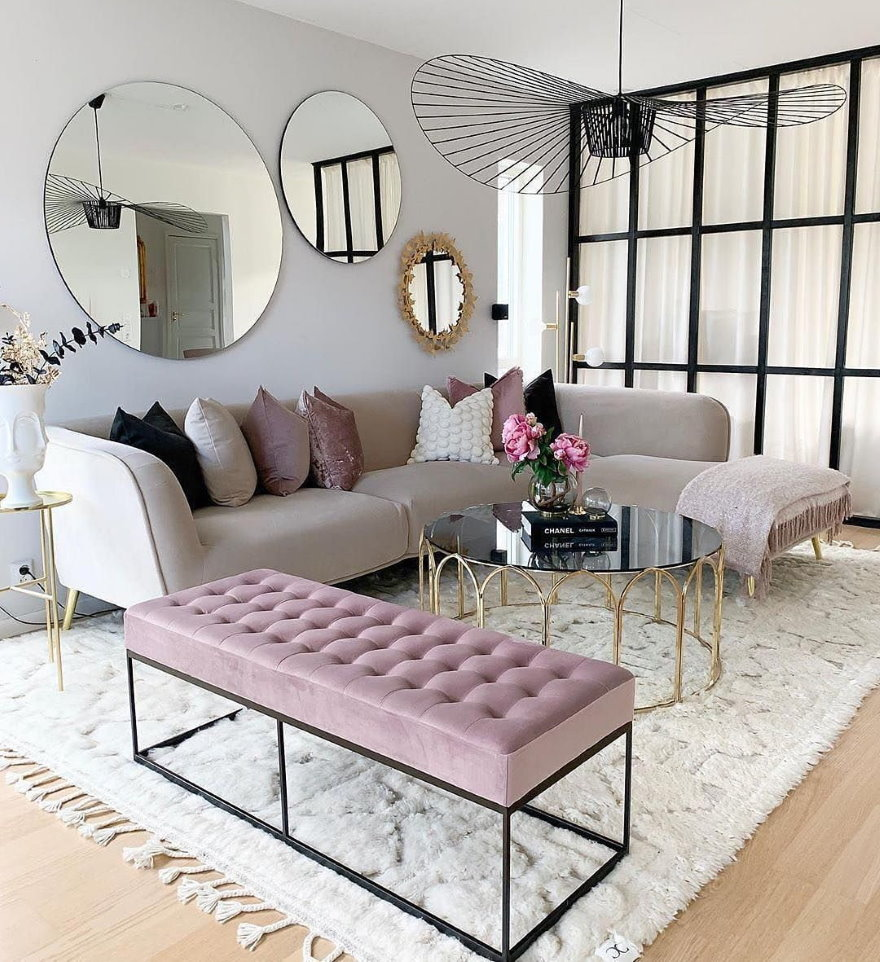 Круглые зеркала на светлой стене гостиной