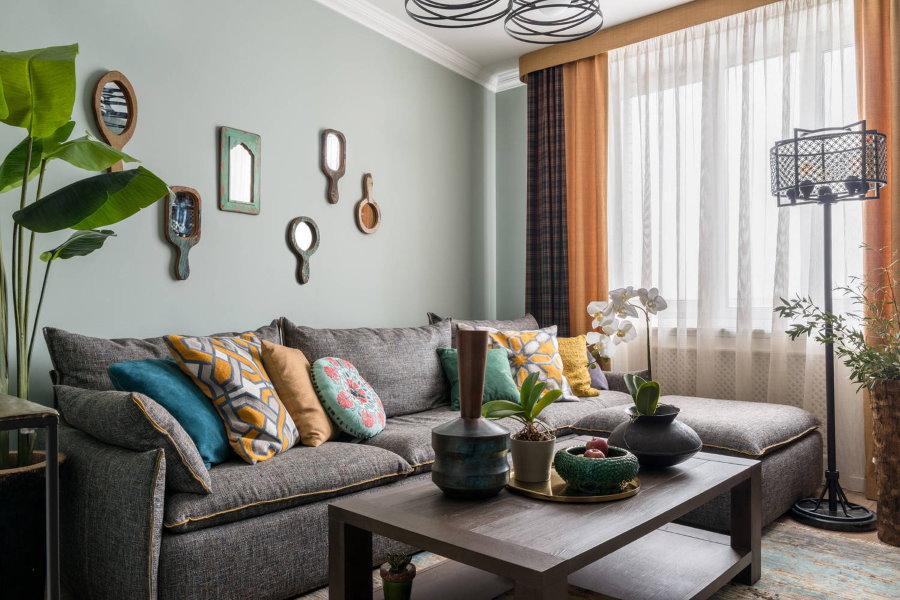 Угловой диван в интерьере гостиной небольшой площади