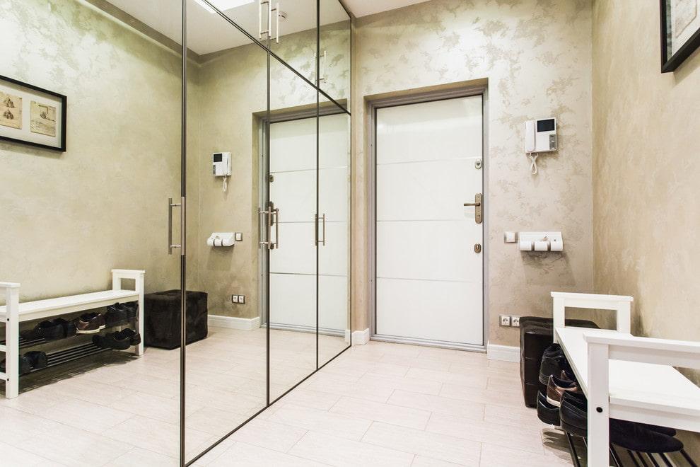 Зеркальные шкафы встроенного типа в коридоре