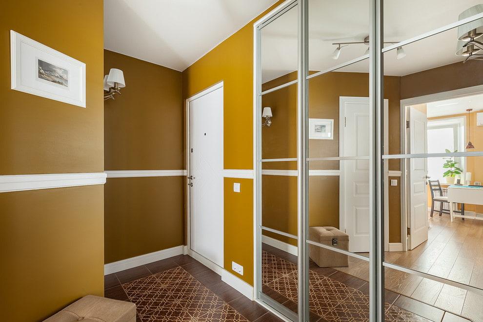 Зеркальные дверцы на встроенном шкафу в прихожей
