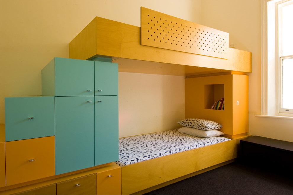 Желто-голубая кровать из ДСП в детской спальне
