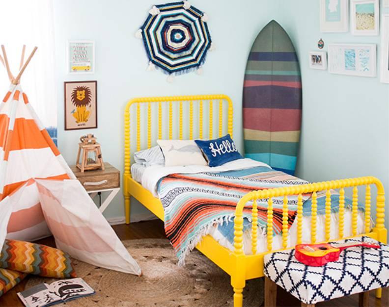 Желтая кроватка в спальне с голубыми стенами