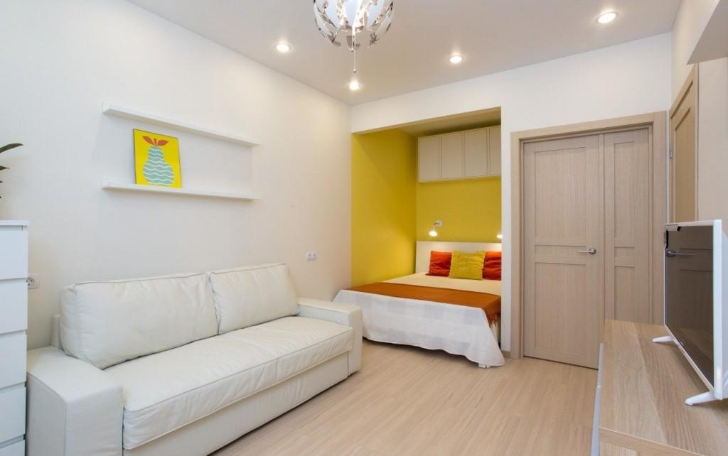 Желтая ниша с кроватью в гостиной комнате