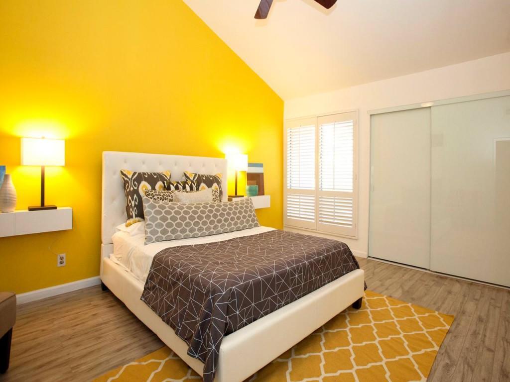 Желтая стена в мансардной комнате