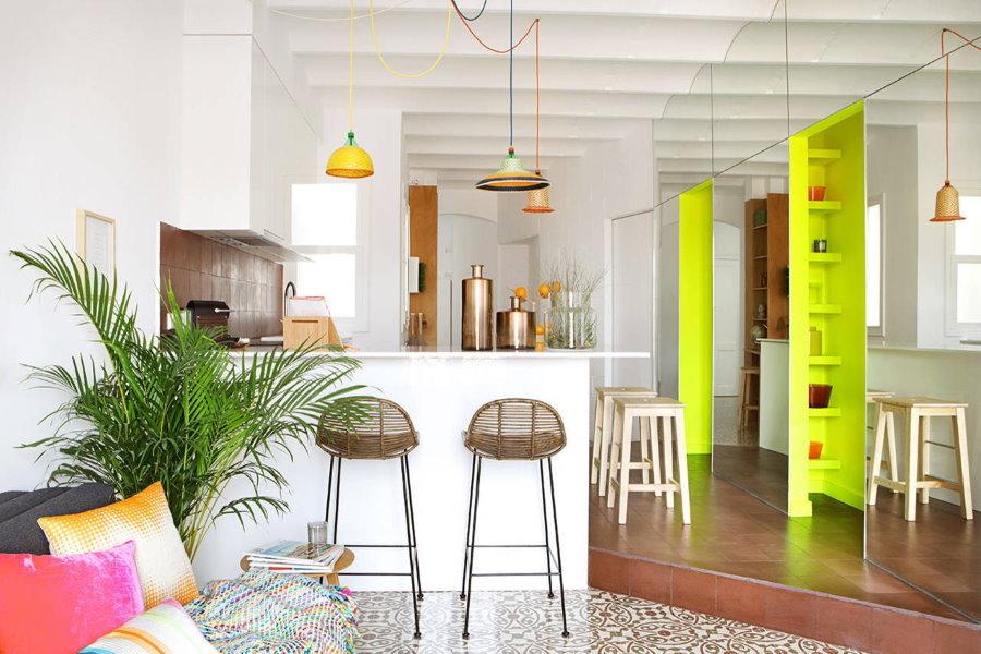 Желтые полки в кухне-гостиной с белыми стенами