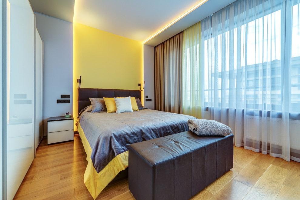 Декоративная подсветка в спальне с широким окном