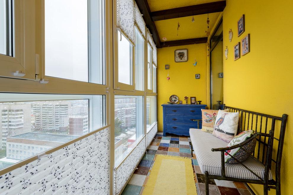 Пластиковые рамы на балконе с желтыми стенами