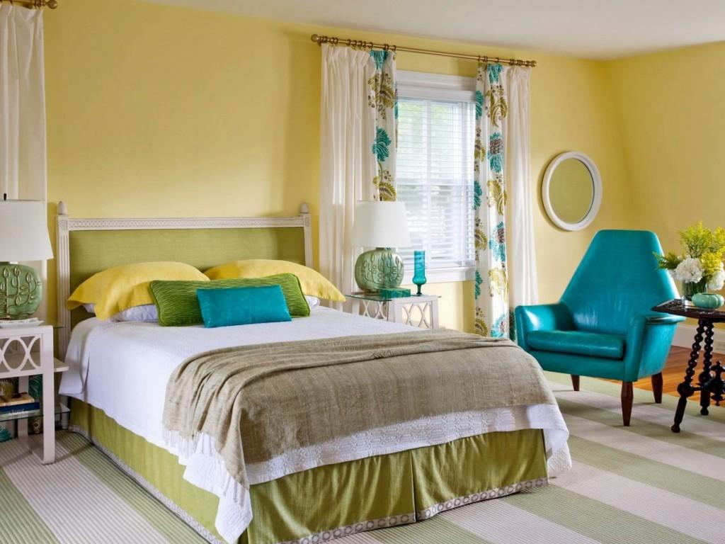 Бирюзовое кресло в спальне с желтыми стенами