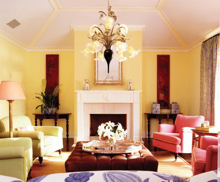 Окраска в желтый цвет стены в гостиной с камином