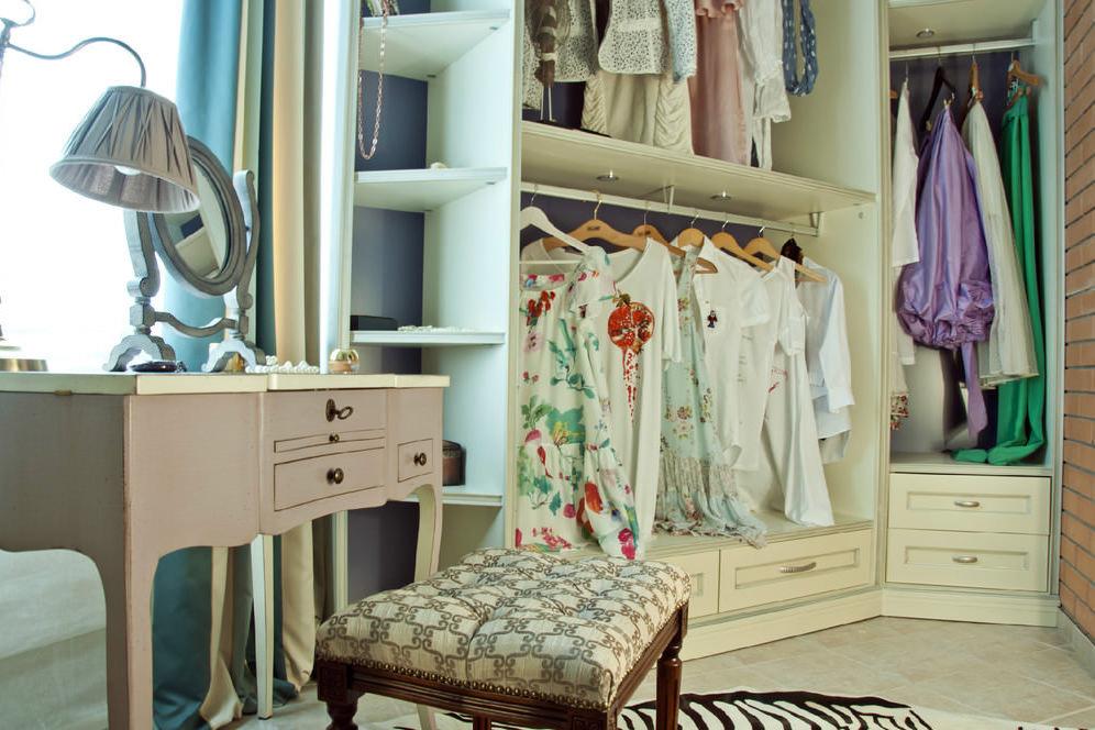 Туалетный столик в гардеробной на лоджии