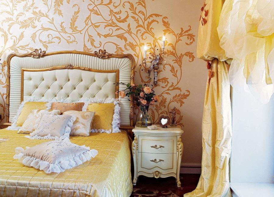 Обои с золотистыми рисунками над изголовьем кровати