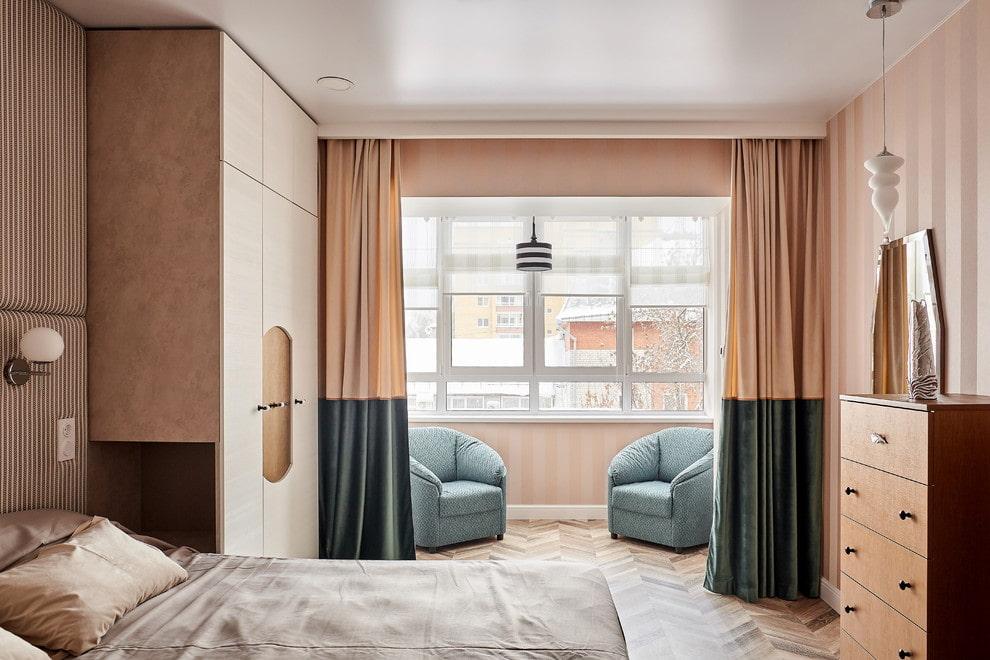 Мягкие кресла на утепленной лоджии в спальне