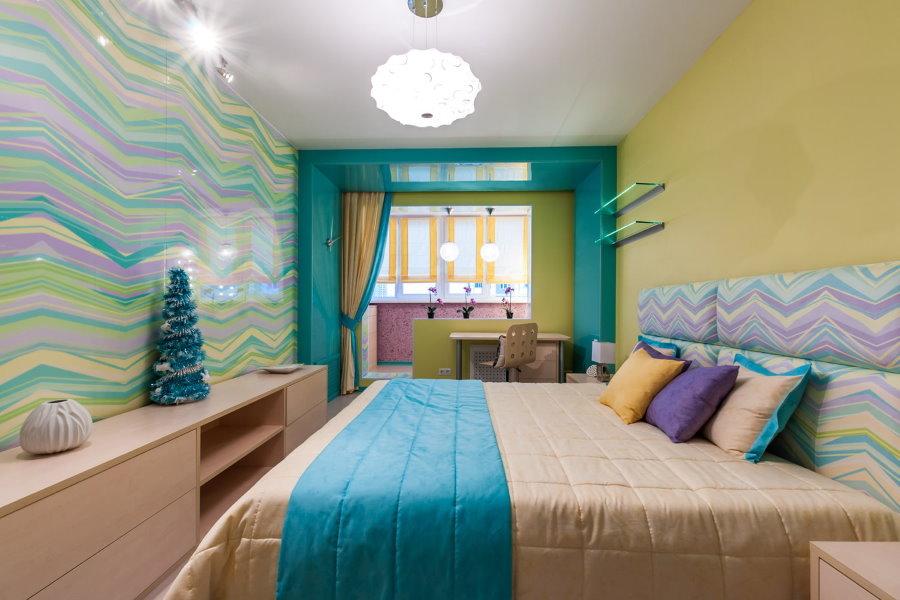 Цветовая гамма спальни вытянутой формы с балконом