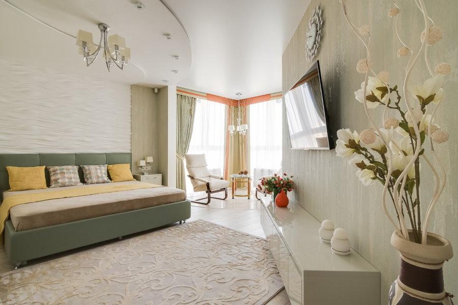 Двухуровневый потолок в спальне с лоджией