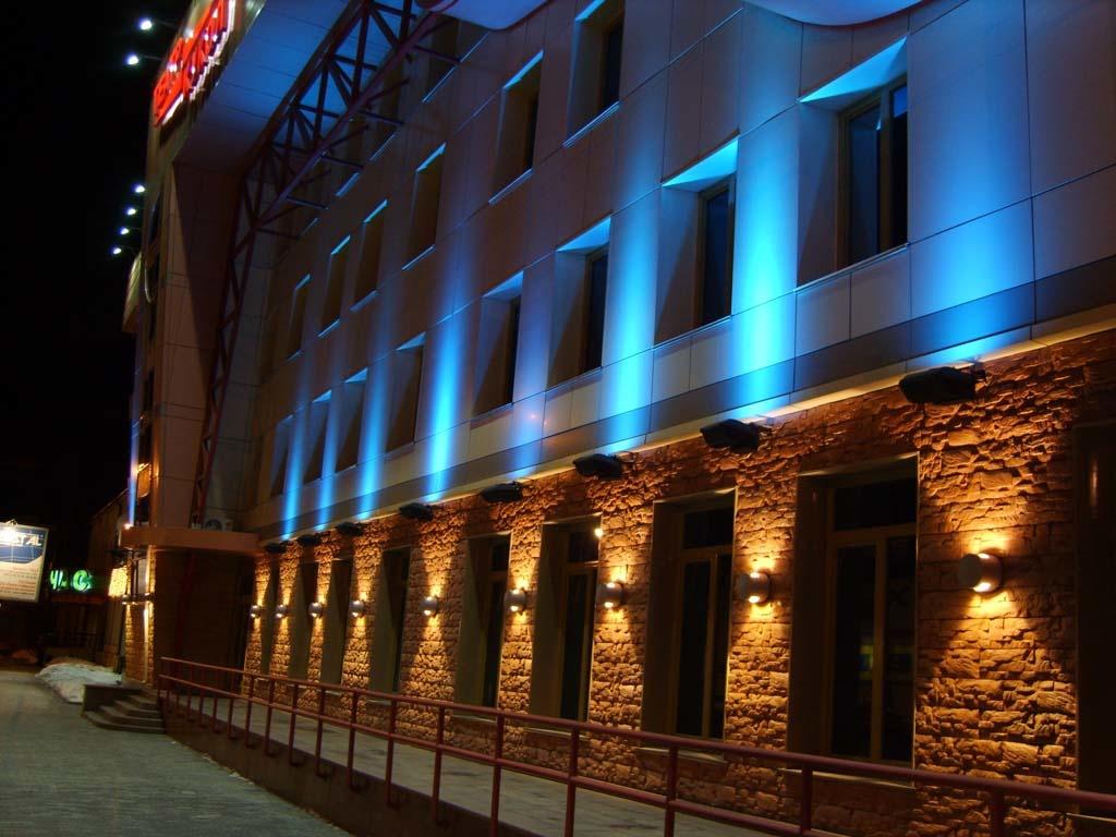 Акцентная подсветка фасада настенными светильниками