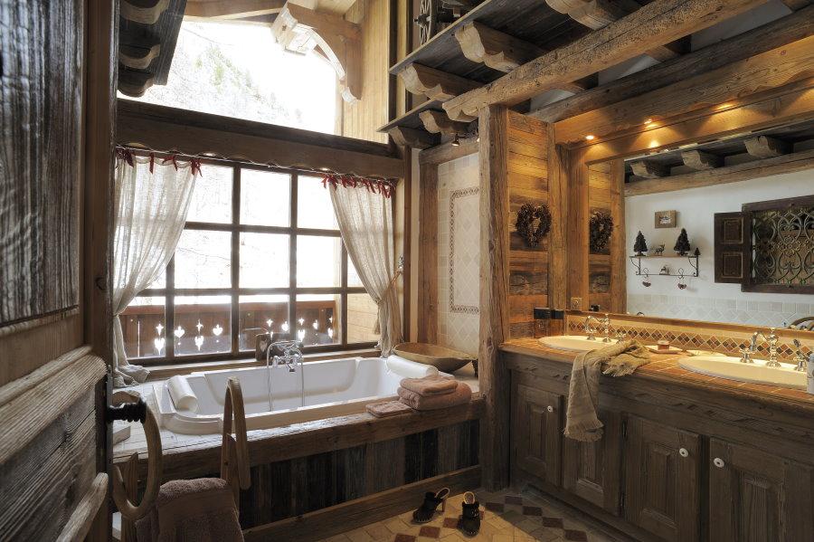 Акриловая ванна перед окном деревянного дома