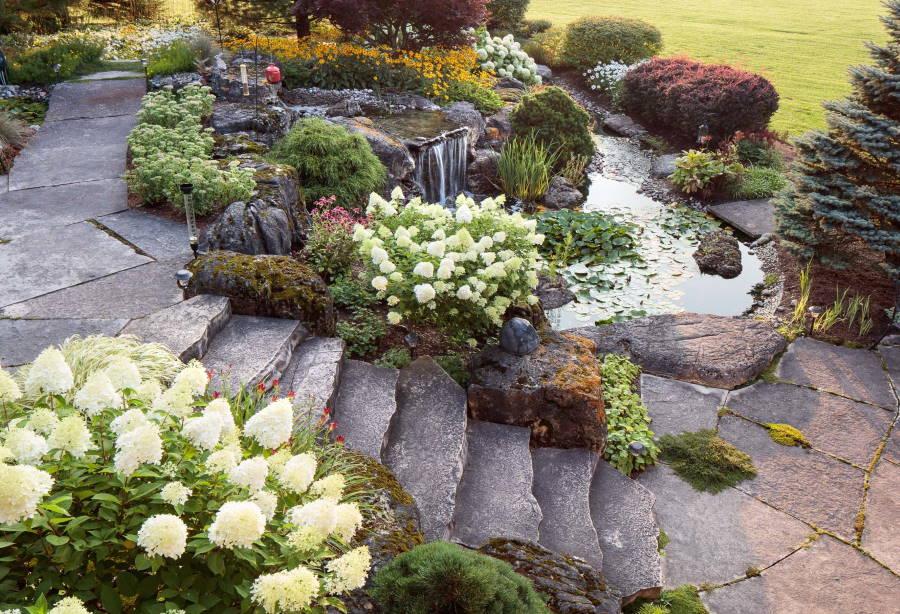 Каменная лестница в саду с альпинарием