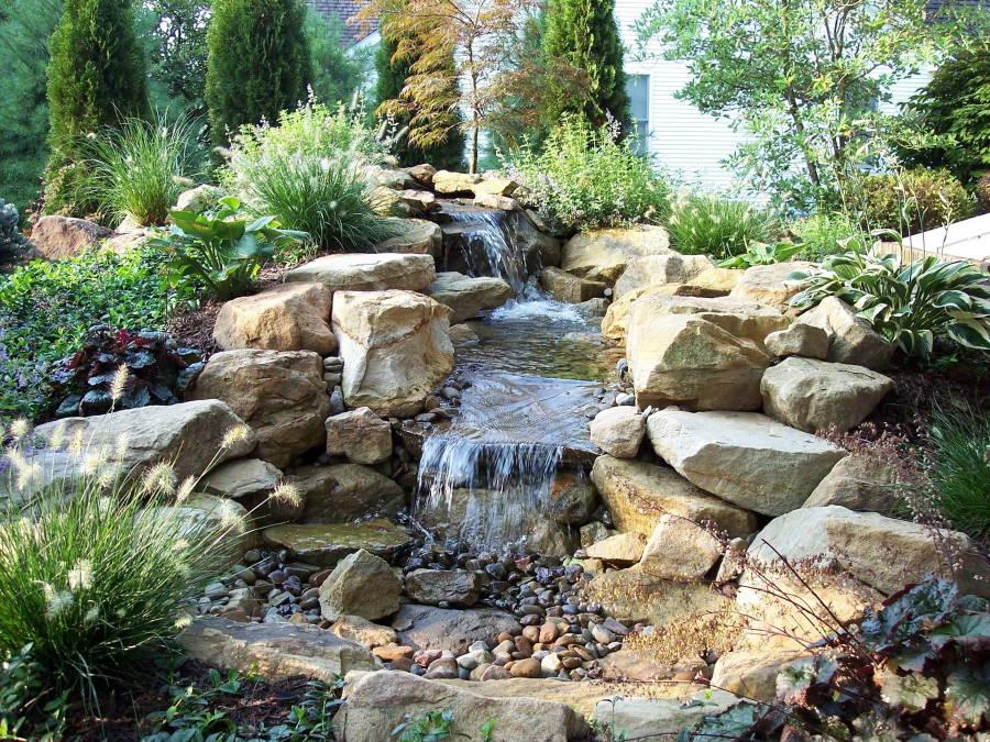 Альпинарий с водопадом на садовом участке