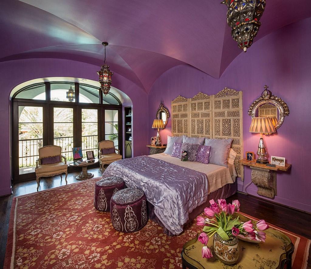 Сводчатый потолок фиолетового тона в спальной комнате