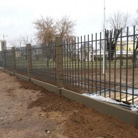 Забор из арматуры на железобетонных столбах