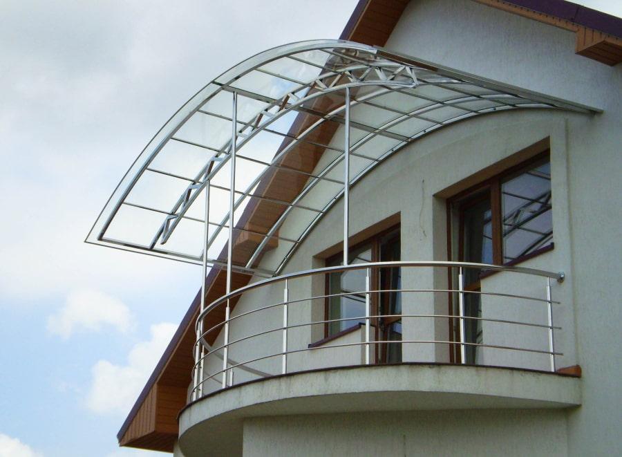 Балкон в частном доме с арочным козырьком