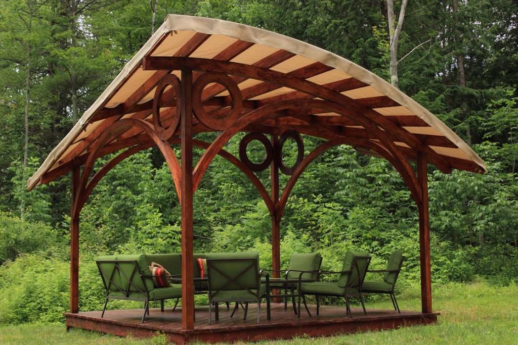Садовая беседка с асимметричной крышей