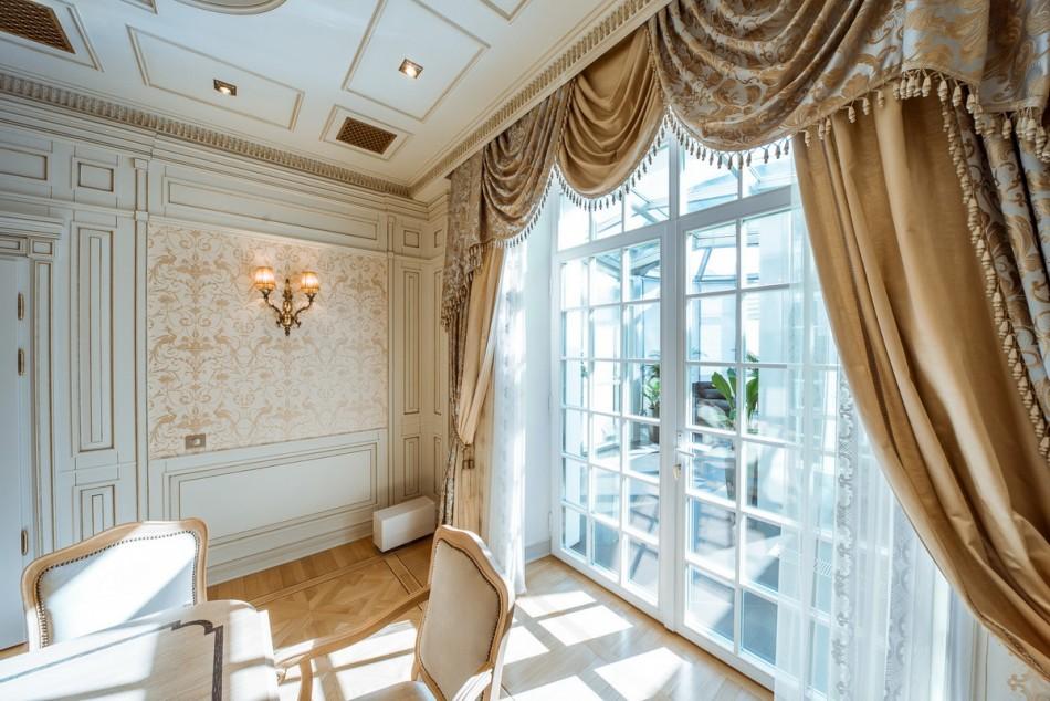 Классические шторы с ламбрекеном на багетном карнизе