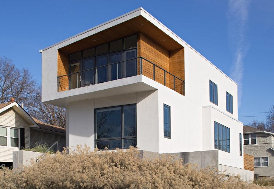 Открытый балкон под крышей дома в современном стиле