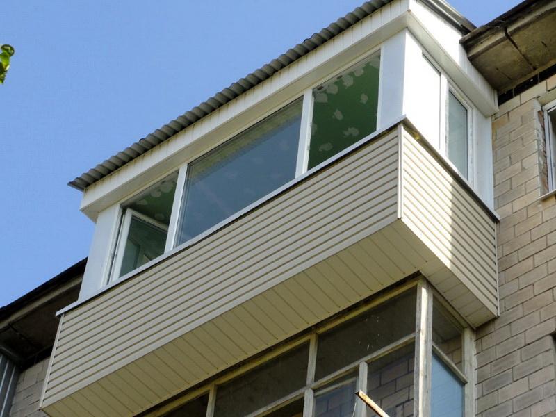 Фото снаружи балкона с выносом в кирпичной хрущевке