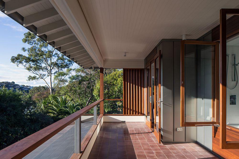 Керамическая плитка на балконе в частном доме