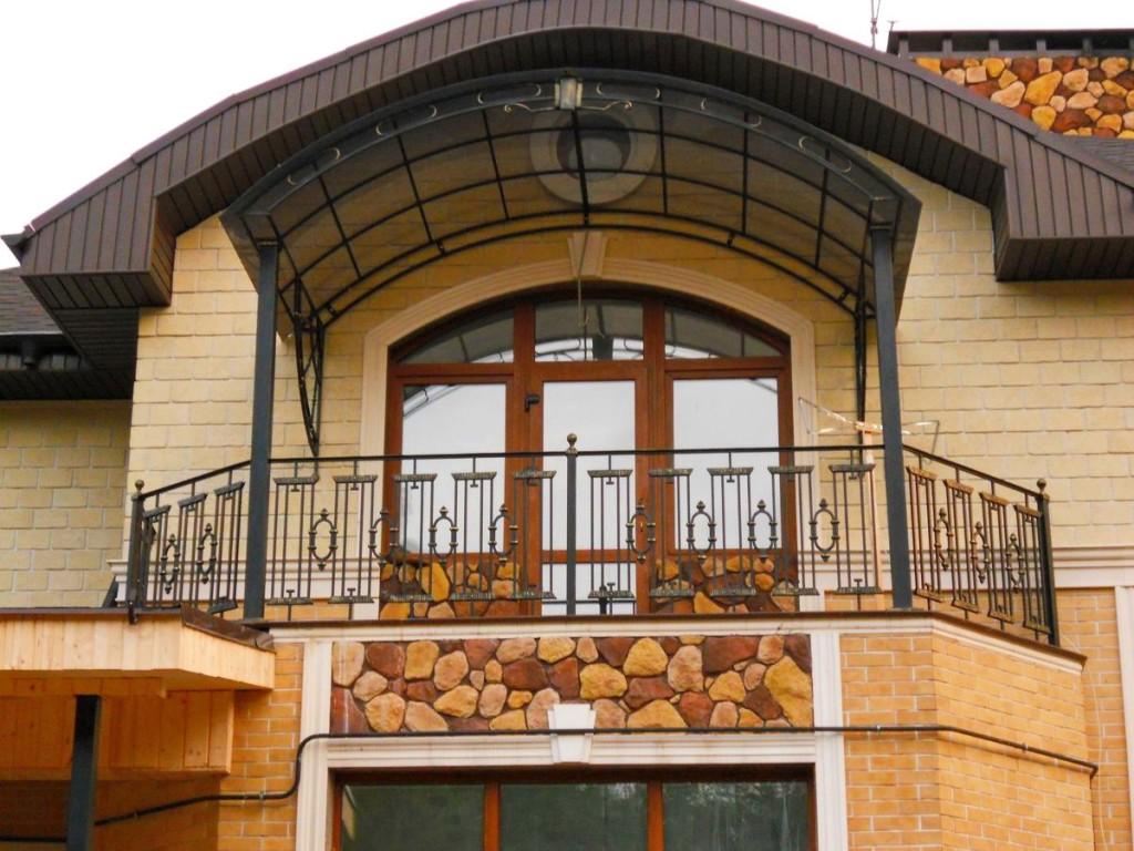 Открытый балкон с козырьком из поликарбоната