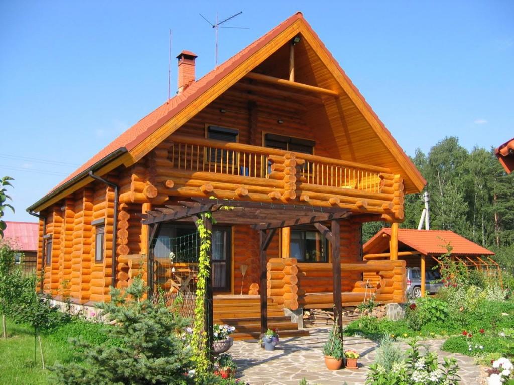 Балкон в треугольнике мансарды бревенчатого дома