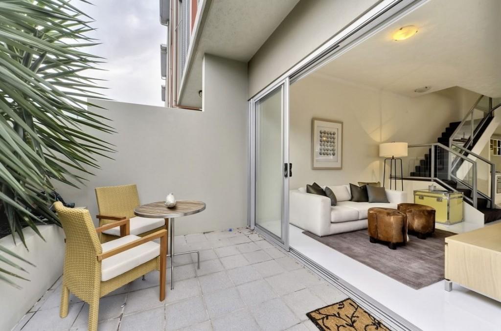 Открытый балкон в квартире с двумя уровнями