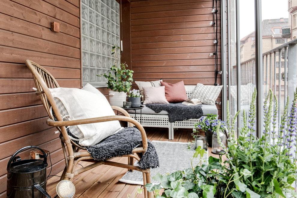 Садовое кресло на балконе с деревянной отделкой