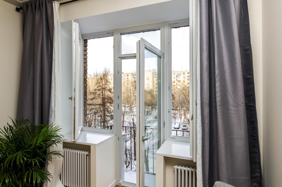 Открытая балконная дверь в трехкомнатной квартире