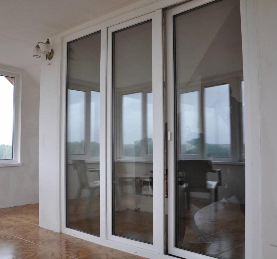Раздвижные двери из алюминия между лоджией и гостиной